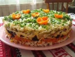 Миниатюра к статье Слоеный салат с черносливом