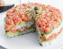 Миниатюра к статье Суши-торт из авокадо, огурца и лосося